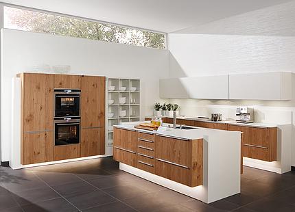 Weiße Küche mit Holzfronten von zeyko