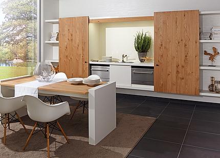 zeyko-Küche mit Holz-Schiebetüren