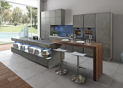 Küche mit Metallfronten und Holztheke von zeyko