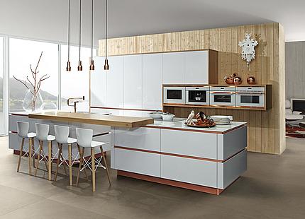 Weiße zeyko-Küche mit Kupferakzenten